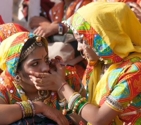 Pushkar, India - 21 november: een niet geïdentificeerde groep van meisjes in kleurrijke etnische kledij woont op de Pushkar fair op 21 november 2012 in Pushkar, Rajasthan, India.