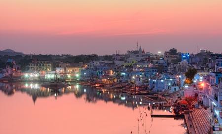 hindues: Pushkar Lake Santo al atardecer. Lago Pushkar Pushkar o Sarovar se encuentra en la ciudad de Pushkar en el distrito de Ajmer del estado de Rajasthan en el oeste de India. Pushkar Lake es un lago sagrado de los hindúes.