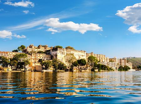 Lake Pichola en City Palace in Udaipur. Udaipur bekend als de Stad van de Meren, Afgezien van zijn geschiedenis, cultuur en schilderachtige locaties, is het ook bekend om zijn Rajput-tijdperk paleizen. Rajasthan, India, Azië