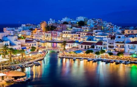Agios Nikolaos. Agios Nikolaos is een schilderachtig stadje in het oostelijk deel van het eiland Kreta gebouwd op de noordwestelijke kant van de rustige baai van Mirabello. Lake Vouliagmeni, Agios Nikolaos, Kreta, Griekenland Stockfoto