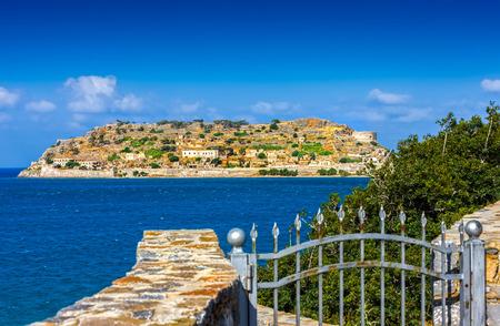 lepra: Isla de Spinalonga nombre oficial Kalidon está situado en la sección oriental de Creta, en la prefectura de Lasithi, cerca del pueblo de Elounda Mirabello Bay