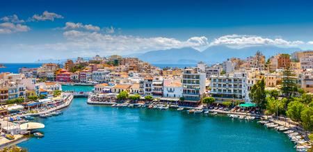 Agios Nikolaos est une ville pittoresque dans la partie orientale de l'île de Crète construit sur le côté nord-ouest de la baie paisible de Mirabello Banque d'images