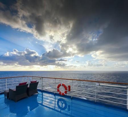 Uitzicht op de oceaan en de hemel van een cruise dek. De ochtend na de regen.