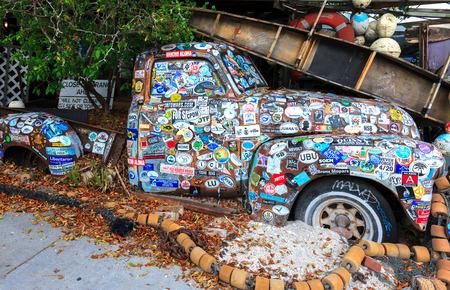 키 웨스트, 플로리다 - 년 10 월 8 일 : 키 웨스트, 플로리다, 미국에서 보의 물고기 왜건 레스토랑에서 스티커의 다양한으로 덮여 오래 된 차 에디토리얼