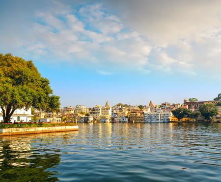 Udaipur City en Lake Pichola, Rajasthan, India, Azië