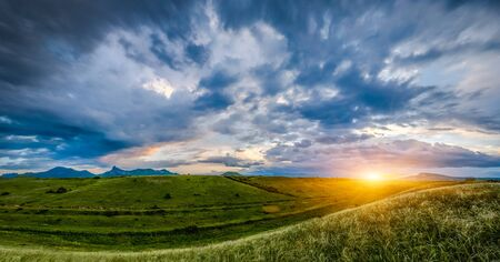 Puesta de sol sobre las colinas, paisaje Foto de archivo