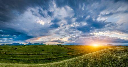 Zonsondergang over heuvels, landschap Stockfoto