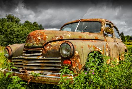Oude roestige auto Stockfoto