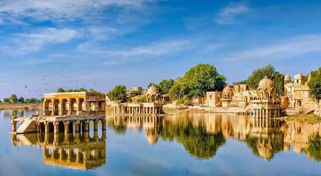 Gadi Sagar (Gadisar) Lake is een van de belangrijkste toeristische attracties in Jaisalmer, Rajasthan, Noord-India. Artistiek gesneden tempels en heiligdommen rond het meer Gadisar Jaisalmer.