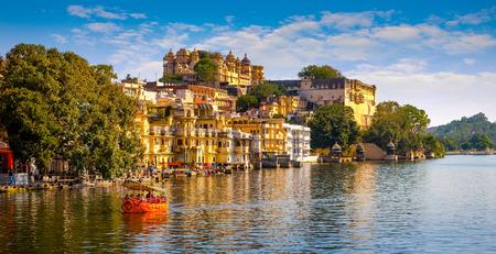 hinduismo: Palacio de la ciudad y el lago Pichola en Udaipur, Rajasthan, India, Asia