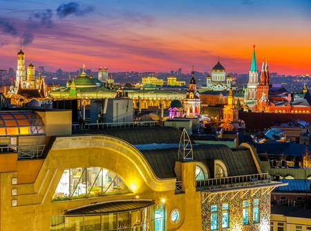 Nacht Moskou, type naar het Kremlin van Moskou, de kathedraal van Christus de Verlosser, de klokkentoren van St. Johannes de Grote en op de gevels en daken van huizen in de stad.
