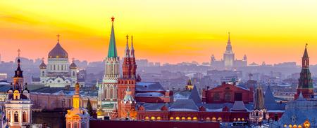 Avond Moskou, Uitzicht op het Moskou Kremlin, de kathedraal van Christus de Verlosser en de Universiteit. Rusland Stockfoto - 69737783