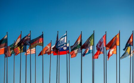 Vlaggen van de wereld op de achtergrond van de blauwe hemel