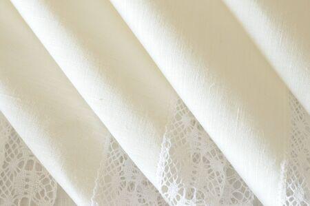 white linen: un detalle de plegado servilletas de lino blanco adornado con encajes Foto de archivo