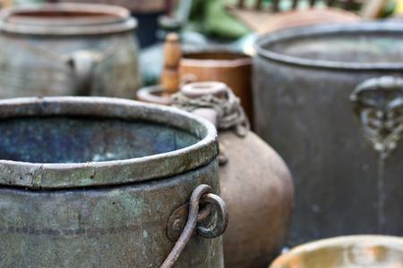 kettles: Diferentes antiguas teteras y ollas de hierro y arcilla