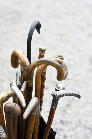 Surtido mixto de viejos bastones de madera Foto de archivo