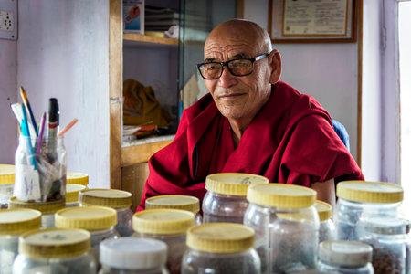 herbolaria: Thiksey, India - 16 de agosto de 2015: Vista del monje herbolario de Thiksey monasterio sentado en su laboratorio. Algunos monjes se convierten en expertos en fitoterapia y otras terapias tradicionales.