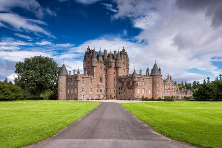 Glamis, Großbritannien - 17. August 2014: Blick auf Glamis Castle in Schottland. Glamis Castle befindet sich neben dem Dorf Glamis in Angus entfernt. Es ist die Heimat der Gräfin von Strathmore und Kinghorne, und ist für die Öffentlichkeit zugänglich.