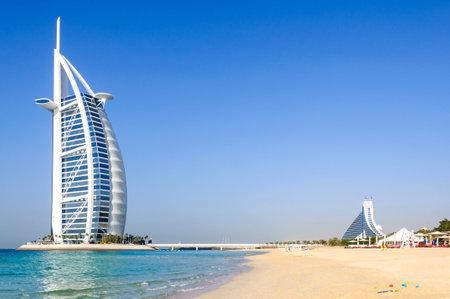 Dubai, Emiratos Árabes Unidos - 08 de enero de 2012: Vista del hotel Burj Al Arab desde la playa de Jumeirah. Burj Al Arab es uno de los hitos de Dubai y uno de los hoteles más lujosos del mundo con 7 estrellas. Editorial
