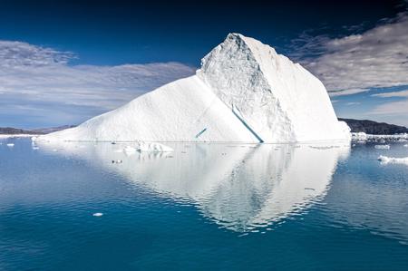 巨大な氷山がグリーンランドの Eqi 氷河近くに浮かんでいます。氷山が氷河または氷棚は折れて、オープンウォーターで自由に浮いている淡水の氷の
