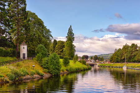 The Caledonian canal in scottish countryside, United Kingdom. This 97 Km long canal connects the Scottish east coast at Inverness with the west coast at Corpach near Fort William in Scotland 版權商用圖片