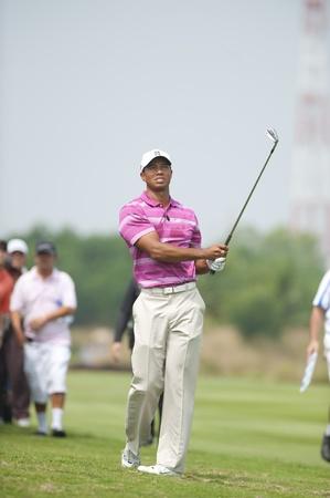 バンコク タイ - 11 月 8 日: タイガーウッズ アクション世界ゴルフ敬礼国王タイ アマタ春バンコクで 11 月 8, 2010 報道画像