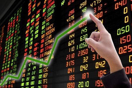 financial leadership: Mano de empresaria en la tendencia de crecimiento positivo de Mostrar gr�fico