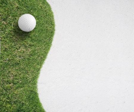 緑の草の左側の背景に白のゴルフ ボール