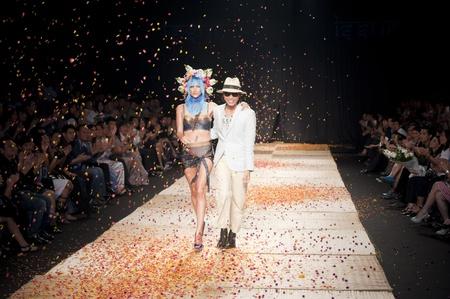 タイ-3 月 24 日: モデル問題コレクションのプレゼンテーションをファッションのネットワー キングのためバンコク国際ファッション今週 2011 2011 年 3