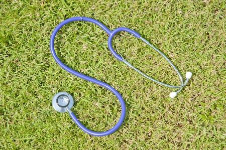 草の上の聴診器 写真素材
