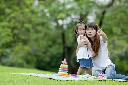 母の指導の娘、公園で散歩を学んだ。