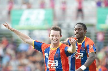 premierleague: BANGKOK Thailandia-MAY 25: Thai Premier League (TPL) tra Porto tailandese fc (arancione) vs TTM Pijit (giallo) su 25 Msy, 2011 allo stadio di PAT a Bangkok in Thailandia  Editoriali