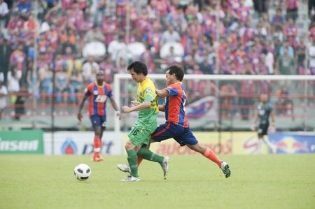 premierleague: BANGKOK THAILAND- MAY 25 : Thai Premier League (TPL) between thai port fc (Orange) vs TTM Pijit (yellow)   on Msy 25, 2011 at PAT Stadium in Bangkok Thailand  Editoriali