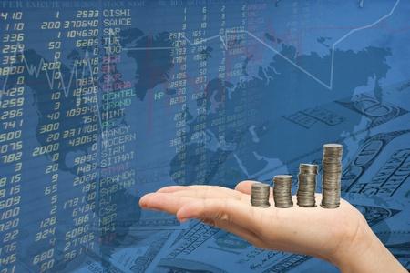女性の手と株式の背景でコインケース