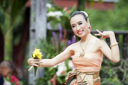 女性: タイの伝統的なドレス。これはタイ北部の領土からの人々 の伝統的なメリットを作るのパレード