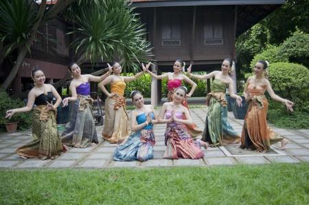 バンコク, タイ - 7 月 10 日: タイの伝統的なダンス。これは 2011 年 7 月 10 日、タイのバンコクでタイ北部の領土からの人々 の伝統的なメリットを作