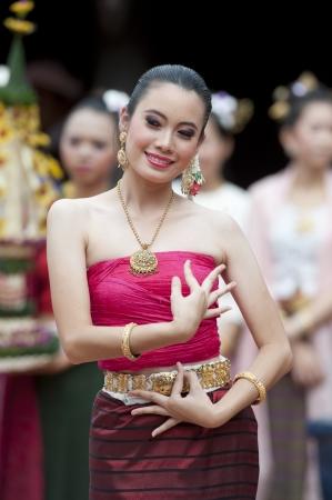 バンコク、タイ - 7 月 10 日: タイの伝統的なダンス。これは 2011 年 7 月 10 日、タイのバンコクで、タイの北部地域からの人々 の伝統的なメリットを 報道画像