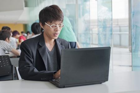 educacion gratis: joven hombre de negocios utilizar una notebook