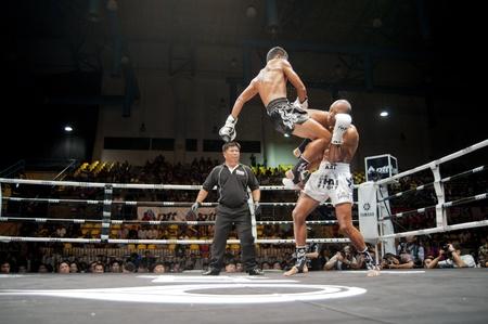BANGKOK Thailand-25. September: Thai Fight: Muay Thai .. Weltweit Konkurrenzlos Kampf am 25. September 2011 an der Thammasat Universität Cnvention Center, Bangkok Thailand Standard-Bild - 10678576