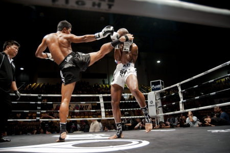 BANGKOK THAILAND-SEPTEMBER 25: Thai Fight: Muay Thai .. World Standard-Bild - 10678559