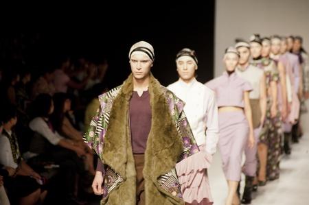 バンコク, タイ - 10 月 12 日: モデルは「劇場」コレクションのプレゼンテーションを冬の間に ELLE ファッション今週 2011年 Autumm2011 年 10 月 12 日にタ 報道画像