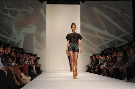 バンコク, タイ - 3 月 23 日: モデル コレクションのプレゼンテーションをタイのバンコクで 2012 年 3 月 23 日にサイアム センター ファッション先見 報道画像