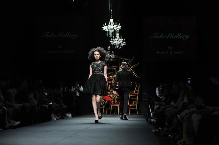 """Bangkok, Thailand - 24. März: Modell geht die Start-und Landebahn bei """"Tube Gallery""""-Kollektion Präsentation während Siam Center Fashion Visionary Frühjahr / Sommer am 24. März 2012 in Bangkok Thailand. Standard-Bild - 13789587"""