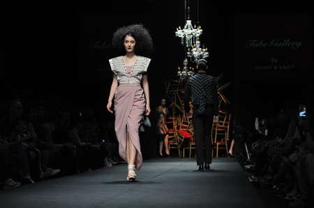 """Bangkok, Tajlandia - 24 marca: Model idzie na pas startowy w """"Galerii metra"""" prezentacja kolekcji podczas Siam Center Fashion Visionary Wiosna / Lato 24 marca 2012 w Bangkoku w Tajlandii. Zdjęcie Seryjne - 13789969"""