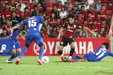 premierleague: NONTHABURI THAILANDIA-28 MAGGIO:. Giocatore non identificato in Thai Premier League tra SCG Muangthong Utd (R) VS Chonburi FC (B) SCG stadio il 28 maggio 2012 in Nonthaburi, Thailandia.