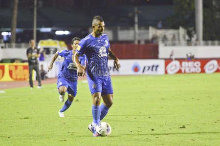 premierleague: BANGKOK THAILANDIA - 21 luglio: giocatore non identificato in Thai Premier League (TPL) BEC Tero (rosso) VS Chonburi (blu) a Thebhussadin luglio 21,2012 a Bangkok, Thailandia. Editoriali