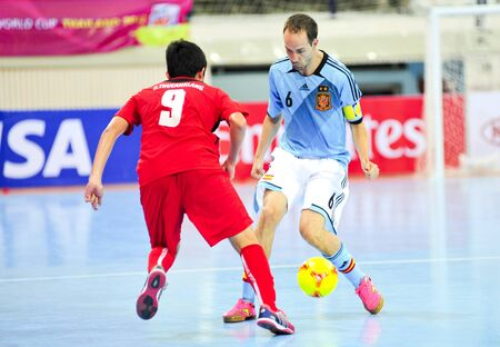 fűt�s: BANGKOK THAILAND - AUGUST 24 : Unidentified player in Friendly futsal match Between Thailand VS Spain at Nimibutr Stadium on August 24,2012 in Bangkok,Thailand.