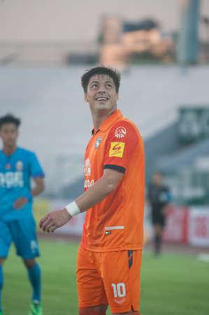 premierleague: BANGKOK THAILANDIA-30 marzo: Thai Premier League GSE Samutsongcham FC e Suphanburi FC Army Stadiumon marzo 30,2014 in Thailandia Editoriali