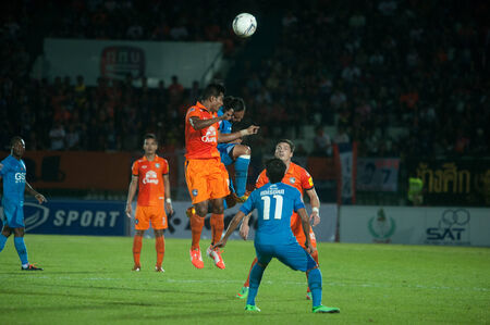 premierleague: BANGKOK THAILANDIA-30 marzo: Thai Premier League GSE Samutsongcham FC e Suphanburi FC a Army Stadiumon marzo 30,2014 in Thailandia Editoriali