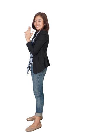 waistup: Foto de estudio de mujer morena bonita de pie en el fondo blanco. con trazado de recorte